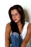 σκοτεινός μακρύς όμορφος τριχώματος κοριτσιών Στοκ φωτογραφία με δικαίωμα ελεύθερης χρήσης