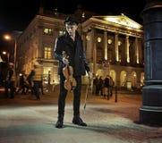 Σκοτεινός-μαλλιαρός νέος τύπος με το βιολί Στοκ εικόνα με δικαίωμα ελεύθερης χρήσης