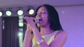 Σκοτεινός-ξεφλουδισμένος τραγουδιστής τζαζ μαύρων γυναικών που τραγουδά ένα τραγούδι στη σκηνή στο μικρόφωνο φιλμ μικρού μήκους