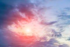 σκοτεινός ουρανός με τον ήλιο και το σύννεφο στοκ εικόνες