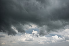 Σκοτεινός ουρανός πριν από να βρέξει την άνοιξη Στοκ εικόνα με δικαίωμα ελεύθερης χρήσης