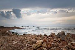 Σκοτεινός ουρανός, δύσκολη ακτή και θυελλώδης θάλασσα Στοκ Φωτογραφία