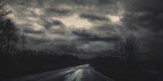 Σκοτεινός δρόμος στη ημέρα των Χριστουγέννων με το νεφελώδη ουρανό Στοκ Εικόνες
