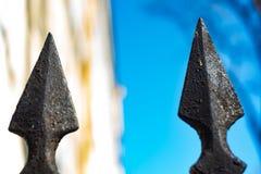 Σκοτεινός σφυρηλατημένος τρύγος φράκτης με τους λούτσους στοκ φωτογραφίες