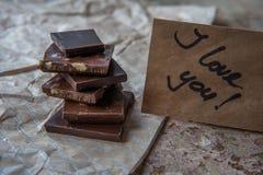 Σκοτεινός σωρός σοκολάτας με τα φουντούκια γλυκό επιδορπίων Στοκ Φωτογραφίες
