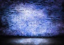 Σκοτεινός τουβλότοιχος στο μπλε Στοκ εικόνα με δικαίωμα ελεύθερης χρήσης