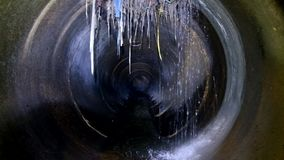 Σκοτεινός υπόγειος υπόνομος γύρω από τη συγκεκριμένη σήραγγα Το βιομηχανικό απόβλητο ύδωρ και τα αστικά λύματα που ρέουν ρίχνουν  απόθεμα βίντεο