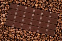 Σκοτεινός φραγμός σοκολάτας με arabica τα φασόλια καφέ Στοκ Εικόνες
