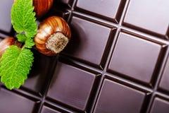 Σκοτεινός φραγμός σοκολάτας με τα φουντούκια Στοκ φωτογραφία με δικαίωμα ελεύθερης χρήσης