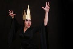 Σκοτεινός χαρακτήρας κακοποιών φαντασίας που φορά τη χρυσή κορώνα Στοκ φωτογραφίες με δικαίωμα ελεύθερης χρήσης