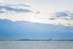 Σκοτεινός όμορφος ουρανός Ήλιος ηλιοβασιλέματος Γρήγορα επιπλέοντα σύννεφα πραγματικό χειμερινό παγωμένο ηλιοβασίλεμα στον τομέα  Στοκ Εικόνες