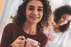 Σκοτεινός-eyed κορίτσι που χαμογελά ευρέως θυσμένος τους καλούς χρόνους στοκ εικόνες