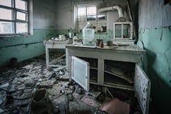 Σκοτεινό ανατριχιαστικό εγκαταλειμμένο χημικό εργαστήριο, σπασμένα γυαλικά στοκ εικόνα με δικαίωμα ελεύθερης χρήσης
