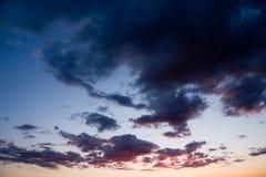 σκοτεινό δραματικό ηλιο&be Στοκ φωτογραφίες με δικαίωμα ελεύθερης χρήσης