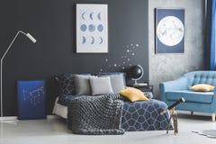 Σκοτεινό εσωτερικό κρεβατοκάμαρων με τις αφίσες Στοκ εικόνες με δικαίωμα ελεύθερης χρήσης