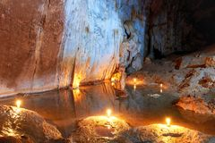 Σκοτεινό εσωτερικό σπηλιών με την υπόγεια λίμνη Στοκ φωτογραφίες με δικαίωμα ελεύθερης χρήσης