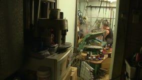 Σκοτεινό εσωτερικό της αποθήκης εμπορευμάτων με τον εργαζόμενο απόθεμα βίντεο
