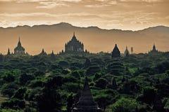 Σκοτεινό ευμετάβλητο ηλιοβασίλεμα με τους αρχαίους ναούς σε Bagan, το Μιανμάρ στοκ εικόνες