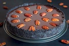 Σκοτεινό κέικ σοκολάτας με τα καρύδια πεκάν στοκ φωτογραφία