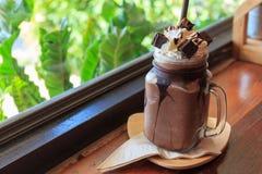 Σκοτεινό κούνημα γάλακτος σοκολάτας με κτυπημένο brownie κρέμας στην ξύλινη ετικέττα Στοκ Εικόνα