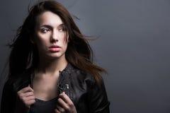 Σκοτεινό μαλλιαρό πρότυπο στο μοντέρνο δέρμα Στοκ Εικόνες