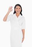 Σκοτεινό μαλλιαρό πρότυπο χαμόγελου με τον αριστοκρατικό χαιρετισμό φορεμάτων στοκ φωτογραφίες με δικαίωμα ελεύθερης χρήσης