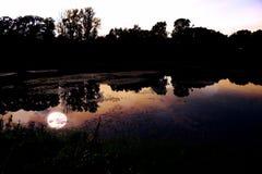 Σκοτεινό νερό της λίμνης Στοκ φωτογραφία με δικαίωμα ελεύθερης χρήσης