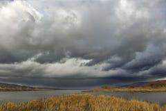 Σκοτεινό νησί ποταμών σύννεφων Στοκ Φωτογραφία
