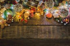 Σκοτεινό ξύλινο υπόβαθρο με το κακάο, μπισκότα μελοψωμάτων, Christma στοκ εικόνα