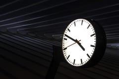 Σκοτεινό ρολόι σιδηροδρομικών σταθμών Στοκ Φωτογραφίες