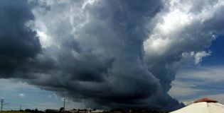 Σκοτεινό σύννεφο στην παραλία Nauset, Ορλεάνη, μΑ Στοκ φωτογραφία με δικαίωμα ελεύθερης χρήσης