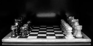Σκοτεινό υπόβαθρο πινάκων σκακιού Στοκ εικόνες με δικαίωμα ελεύθερης χρήσης