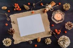 Σκοτεινό υπόβαθρο Χριστουγέννων με τα κεριά και τα μούρα της τέφρας βουνών διάνυσμα κειμένων απεικόνισης πλαισίων Άσπροι κώνοι πε Στοκ εικόνα με δικαίωμα ελεύθερης χρήσης