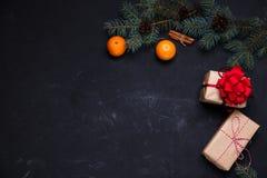 Σκοτεινό υπόβαθρο Χριστουγέννων με το tangerin κιβωτίων δώρων διακοσμήσεων xmax Στοκ εικόνες με δικαίωμα ελεύθερης χρήσης