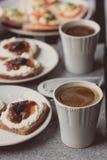 Σκοτεινό ψωμί με το άσπρες τυρί και τη μαρμελάδα Στοκ Εικόνες