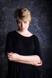 Σκοτεινό portarite με το όμορφο ξανθό κορίτσι Στοκ Φωτογραφίες