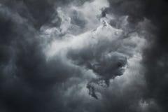 Σκοτεινό thundercloud τη θερινή ημέρα Στοκ φωτογραφία με δικαίωμα ελεύθερης χρήσης