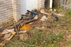 Σκουπίδια δίπλα σε ένα κτήριο στοκ εικόνες