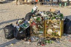 Σκουπίδια σε μια αμμώδη παραλία κοντά στη θάλασσα μετά από ένα κόμμα πανσελήνων Koh Phangan, Ταϊλάνδη νησιών στοκ φωτογραφίες με δικαίωμα ελεύθερης χρήσης