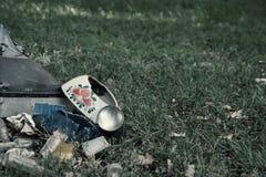 Σκουπίδια στη χλόη Στοκ εικόνες με δικαίωμα ελεύθερης χρήσης