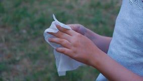 Σκουπίζει τα χέρια του με τις πετσέτες φιλμ μικρού μήκους