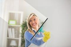 Σκουπίζοντας γυαλί παραθύρων Στοκ Εικόνα