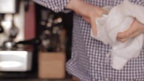 Σκουπίζοντας γυαλί σερβιτόρων φιλμ μικρού μήκους
