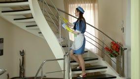 Σκουπίζοντας κιγκλίδωμα σκαλών υπηρετριών απόθεμα βίντεο