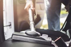 Σκουπίζοντας με ηλεκτρική σκούπα πίσω θέση αυτοκινήτων Handyman με την ηλεκτρική σκούπα στοκ εικόνες με δικαίωμα ελεύθερης χρήσης