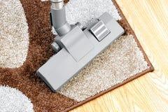 Σκουπίζοντας με ηλεκτρική σκούπα τάπητες Στοκ Εικόνα