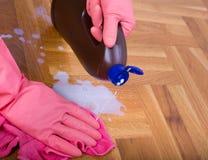 Σκουπίζοντας πάτωμα χεριών στοκ φωτογραφίες με δικαίωμα ελεύθερης χρήσης