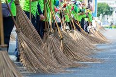 Σκουπίζοντας πεζοδρόμιο οχημάτων αποκομιδής απορριμμάτων οδών Στοκ Εικόνες