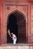 Σκουπίζοντας προαύλιο εργαζομένων Jama Masjid σε Fatehpur Sikri, Utta Στοκ φωτογραφίες με δικαίωμα ελεύθερης χρήσης