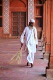 Σκουπίζοντας προαύλιο εργαζομένων Jama Masjid σε Fatehpur Sikri, Utta Στοκ Εικόνες